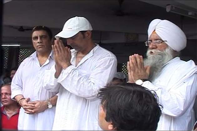 उनके निधन से देश भर में शोक की लहर दौड़ गई। बॉलीवुड के सितारों ने उनके निधन पर गहरा शोक व्यक्त किया।