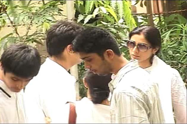 दारा सिंह के अंतिम संस्कार में हिस्सा लेने पहुंची अभिनेत्री तब्बू।