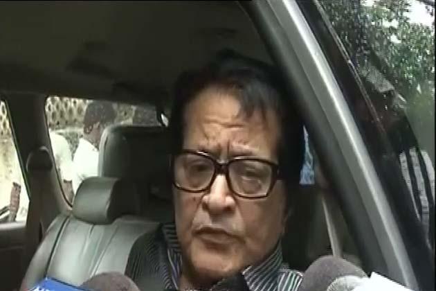 दारा सिंह के अंतिम संस्कार में हिस्सा लेने पहुंचे मनोज कुमार।