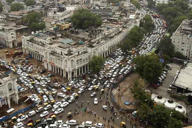 उत्तरी ग्रिड के मंगलवार दोपहर को फिर से फेल हो जाने के कारण दिल्ली मानो पूरी तरह से ठप हो गई। मेट्रो की सभी छह लाइनों पर सेवा ठप हो गई। मेट्रो स्टेशनों पर एंट्री बंद कर दी गई। ट्रैफिक सिग्नलों के काम न करने से सड़कों पर लंबा जाम लग गया। ट्रेनों के जहां तहां फंसने से रेलवे स्टेशनों पर भी यात्रियों की भीड़ लगी रही। (एपी)