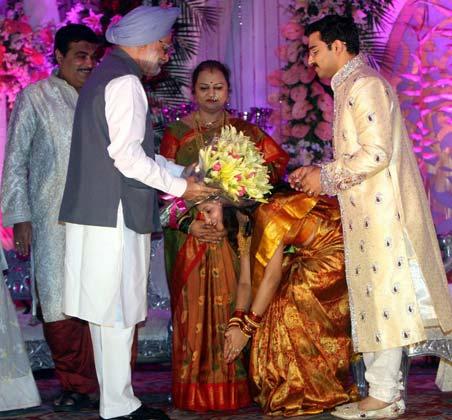 बीजेपी अध्यक्ष नितिन गडकरी के बेटे की शादी का रिसेप्शन पिछले दिनों दिल्ली में संपन्न हुआ। इस दौरान देश की शीर्ष राजनीतिक हस्तियां वर-वधू को आशीर्वाद देने पहुंचीं। फोटोः पीटीआई (सुभव शुक्ला)