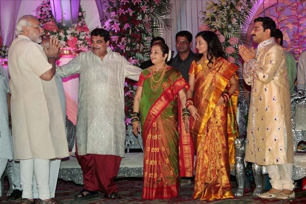 नवदंपति को आशीर्वाद देने पहुंचे गुजरात के मुख्यमंत्री नरेंद्र मोदी। फोटोः पीटीआई (सुभव शुक्ला)