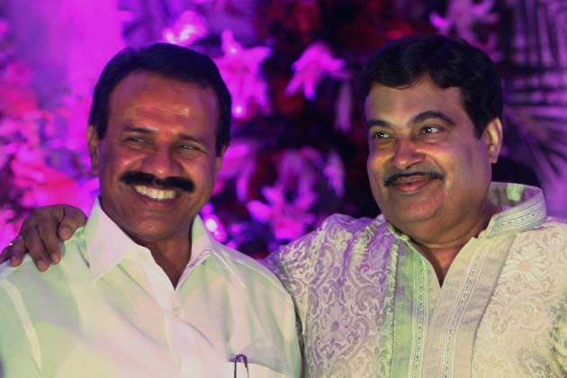 गडकरी के साथ कर्नाटक के मुख्यमंत्री सदानंद गौड़ा। फोटोः पीटीआई (सुभव शुक्ला)