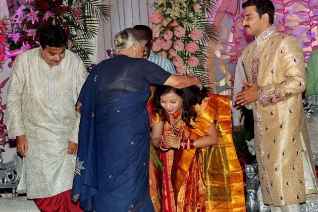 दिल्ली की मुख्यमंत्री शीला दीक्षित से आशीर्वाद लेते हुए नवविवाहित जोड़ा। फोटोः पीटीआई (सुभव शुक्ला)
