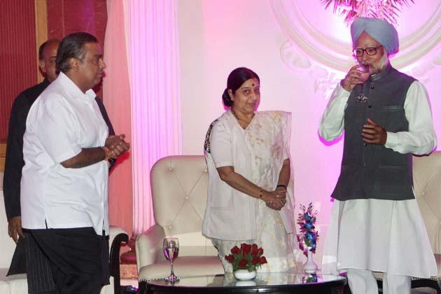 प्रधानमंत्री मनमोहन सिंह, विपक्ष की नेता सुषमा स्वराज और उद्योगपति मुकेश अंबानी। फोटोः पीटीआई (सुभव शुक्ला)