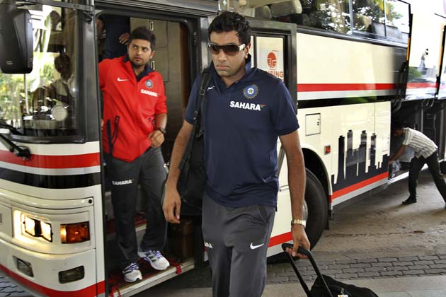 श्रीलंका दौरे के लिए 15 सदस्यीय भारतीय टीम बुधवार को कोलंबो पहुंच गई। दौरे पर गई भारतीय टीम 5 वनडे और 1 टी- 20 मैच खेलेगी। 21 जुलाई से शुरू हो रहे इस दौरे के साथ टीम इंडिया सीजन की शुरुआत कर रही है।