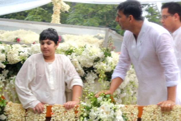 राजेश के नौ वर्षीय नाती आरव ने अपने अभिनेता पिता अक्षय कुमार के साथ उनकी चिता को आग दी।