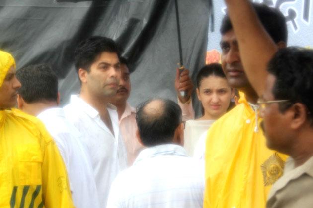 बॉलीवुड के पहले सुपरस्टार राजेश की अंतिम यात्रा उनके बांद्रा स्थित निवास 'आशीर्वाद' से लगभग 10 बजे शुरू हुई।