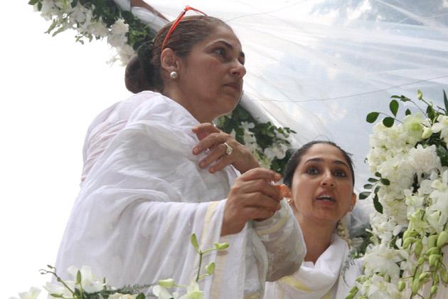अपने जमाने के सुपरस्टार राजेश खन्ना का अंतिम संस्कार गुरुवार को विले पार्ले शमशान घाट में किया गया।