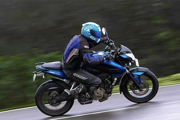 यंगस्टर्स की सबसे पसंदीदा बाइक 'बजाज पल्सर' अब एक नए स्पोर्टी अवतार में बाजार में आई है। नए अवतार में आई 'बजाज पल्सर 200एनएस' भारतीय सड़कों पर उतर गई है। बजाज की ये नई बाइक अब देशभर के बाजार में मिलना शुरू भी हो गई है। पहले से कहीं ज्यादा शक्तिशाली इंजन के साथ आई बजाज पल्सर 200एनएस की कीमत 99,220 रुपए है।