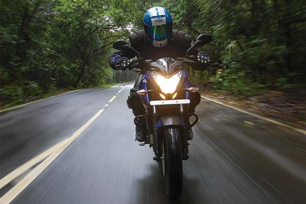 'बजाज पल्सर 200एनएस' बाजार में मौजूद बाइक 'यामहा आर15' औ़र 'होंडा सीबीआर 250' को टक्कर देगी।