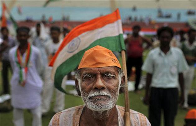 15 अगस्त 1947 को आजाद हुआ भारत बुधवार को अपना 66वां स्वतंत्रता दिवस मनाने जा रहा है। अपनी आजादी की 65वीं वर्षगांठ को धूमधाम से मनाने के लिए बच्चे, बुढ़े, महिलाएं, सेना के जवान सभी तैयारियों में जुट गए हैं। कुछ स्वतंत्रता की जान तिरंगे की तस्वीर शरीर पर बनवा रहे हैं तो कुछ परेड की तैयारियां। तस्वीरों में देखें इन तैयारियों को। (तस्वीर: एपी)