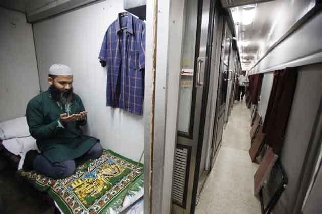 टूंडला स्टेशन पर खड़ी एक ट्रेन में अटेंडेंट के इबादत के क्षण।