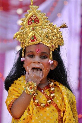 जन्माष्टमी को लेकर बाजारों में भी चहल-पहल देखी जा रही है। दिल्ली में जन्माष्टमी के अवसर पर सभी प्रमुख मंदिर सजे हुए हैं।