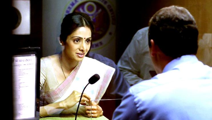 वीजा अफसर श्रीदेवी से सवाल करता है कि बिना इंग्लिश जाने वो अमेरिका में कैसे रहेंगी, तभी एक भारतीय सहकर्मी कहता है कि ठीक वैसे ही जैसे आप भारत में बिना हिंदी जाने रह रहे हैं।