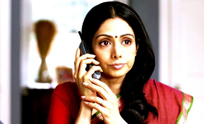 श्रीदेवी पहले तो हिचकती हैं लेकिन बाद में वो न्यूयॉर्क सिटी के ट्यूशन सेंटर को कॉल करती हैं।