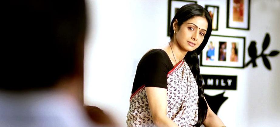 फिल्म में श्रीदेवी ने आम गृहिणी का किरदार निभाया है।