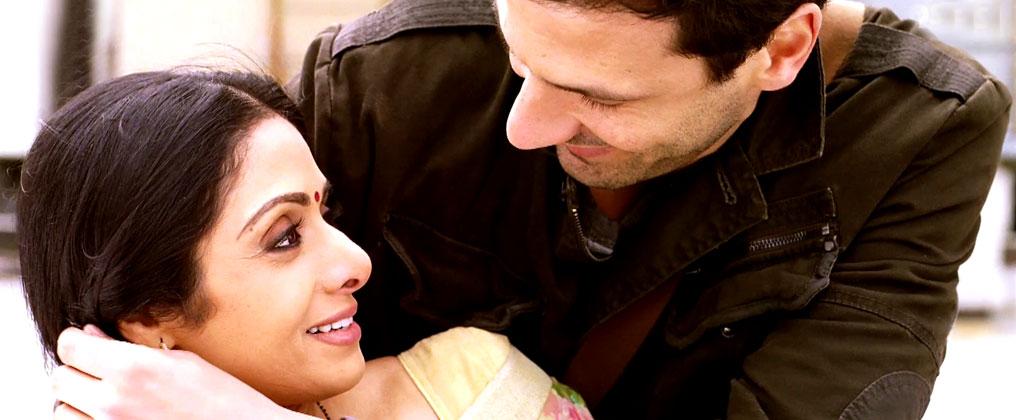 फिल्म में श्रीदेवी का किरदार उसके पति और बच्चों के इर्द-गिर्द घूमता है। वही उनकी दुनिया है।