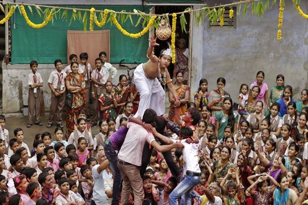 आज श्रीकृष्ण जन्माष्टमी है। पूरे देश में श्रीकृष्ण जन्मोत्सव धूम-धाम से मनाया जा रहा है। श्रीकृष्ण की नगरी मथुरा समेत देश के सभी शहरों में मंदिरों को आकर्षक तरीके से सजाया गया है।