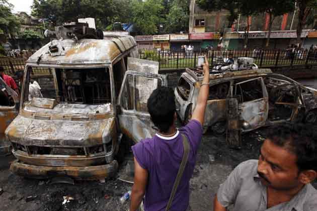 हिंसा के दौरान उपद्रवी तत्वों ने टेलीविजन चैनलों की तीन ओबी वैन समेत कुछ गाड़ियों को आग के हवाले कर दिया। बेस्ट की डेढ़ दर्जन से ज्यादा बसों में भी तोड़-फोड़ हुई।
