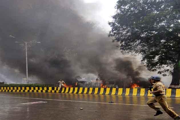 मुंबई पुलिस ने एक घंटे के भीतर ही हालात पर काबू कर लिया, लेकिन पूरे शहर को हाई अलर्ट पर रखा गया है और संवेदनशील जगहों की सुरक्षा बढ़ा दी गई है। </p><p>
