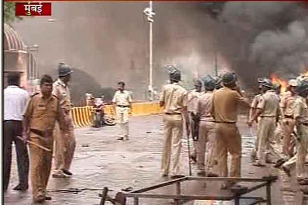 गृह मंत्री आर आर पाटिल ने कहा कि हालात काबू में है। मुंबई में जो कुछ हुआ उसकी कांग्रेस ने कड़ी निंदा की है। आईबीएन7 से बात करते हुए कांग्रेस नेता राशिद अल्वी ने कहा है कि प्रदर्शन का हक सबको है लेकिन मीडिया और पुलिस पर हमले को उचित नहीं ठहराया जा सकता।</p>   <div class=