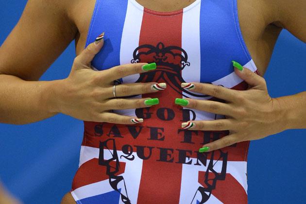 लंदन ओलंपिक सिर्फ खेल और खिलाड़ियों का ही कुंभ नहीं है। वहां एथलीट और दर्शक फैशन ट्रेंड्स को भी बारीकी से फॉलो करते हैं। कपड़ों को लेकर ज्यादा प्रयोग की गुंजाइश भले न रहती हो लेकर बालों, नाखूनों को सजाकर ये कमी पूरी की जाती है। डालिए कैमरे में कैद हुए नेल पॉलिश के ऐसे ही ट्रेंड्स पर नजर।