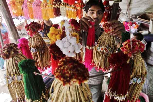 पूरे देश में रक्षाबंधन के मौके पर राखियों से दुकानें सजी-धजी रहीं। (तस्वीर: एपी)