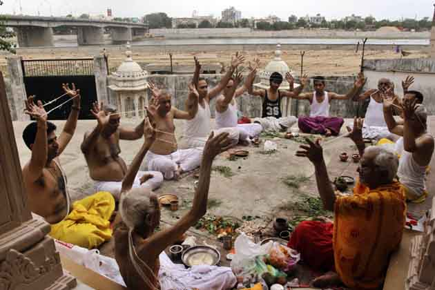 अहमदाबाद के एक मंदिर में रक्षाबंधन के मौके पर पुजारी अनुष्ठान करते हुए। (तस्वीर: एपी)