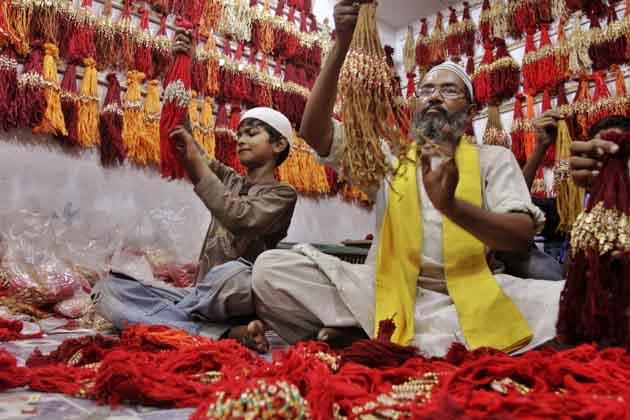 अहमदाबाद में एक दुकानदार राखी बेचते हुए। गुजरात में रक्षाबंधन का त्योहार धूमधाम से मनाया जा रहा है। (तस्वीर: एपी)
