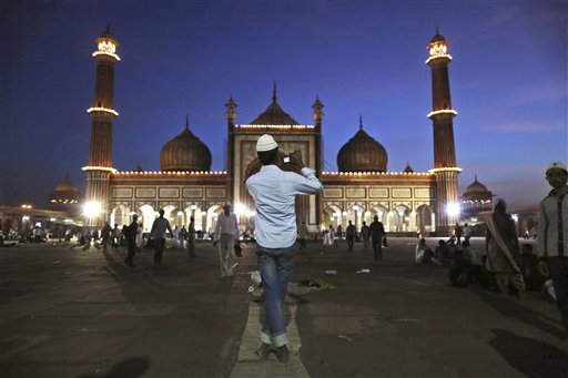 शांति, सद्भावना और सामुदायिकता का प्रतिक इस्लाम धर्म का सबसे पवित्र महीना रमजान पिछले महीने शुरू हो गया। अबतक रमजान में दो जुम्मे की नमाज अदा की जा चुकी है। दिल्ली की जामा मस्जिद से लेकर देश के कोने-कोने में लोग रमजान और शाम को दिनभर के व्रत के बाद तोड़े जाने वाली पवित्र इफ्तार में जुटे हुए हैं। मालूम हो कि रमजान का ये पवित्र महीना ईद के त्योहार के साथ खत्म होता है। (तस्वीर: एपी)