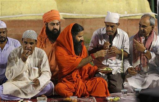 दिल्ली के रामलीला मैदान में योग गुरु बाबा रामदेव का भ्रष्टाचार के खिलाफ अनशन का शनिवार को तीसरा और अंतिम दिन है। शनिवार शाम को रामदेव आगे की रणनीति का ऐलान करेंगे। आंदोलन के पहले और दूसरे दिन शाम को रामदेव ने मुसलमान आंदोलनकारियों का रोजा भी तुड़वाया और इफ्तार में खुद भी शामिल हुए। आंदोलन में भाग लेने देश के कोने-कोने से लोग आए हुए हैं और डेरा जमाए हुए हैं। इन्हीं लोगों की दिनचर्या तस्वीरों की जुबानी। (तस्वीर: एपी)