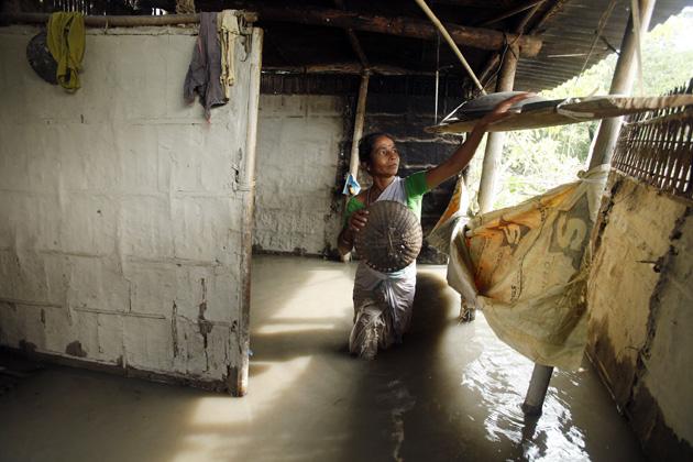 ये तस्वीरें हैं असम के गुवाहाटी से 65 किलोमीटर दूर के एक गांव की जहां भारी वर्षा और उसके बाद आई बाढ़ ने लोगों की जिंदगी नरक बना दी है और वो किसी तरह अपनी जान बचाने में सफल हुए हैं। फोटो-एपी