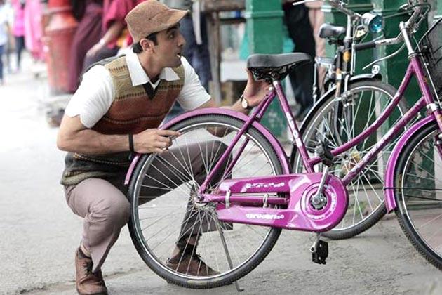 रणबीर कपूर का फिल्म में किरदार चार्ली चैप्लिन और मिस्टर बीन से प्रेरित है।