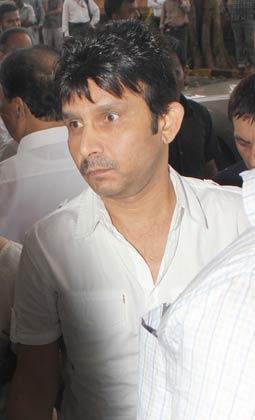 अभिनेता कमाल रशीद खान भी पहुंचे।