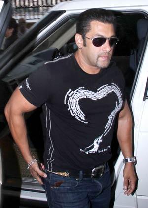 सलमान खान ब्लैक टी-शर्ट और ब्लू जींस में नजर आए।