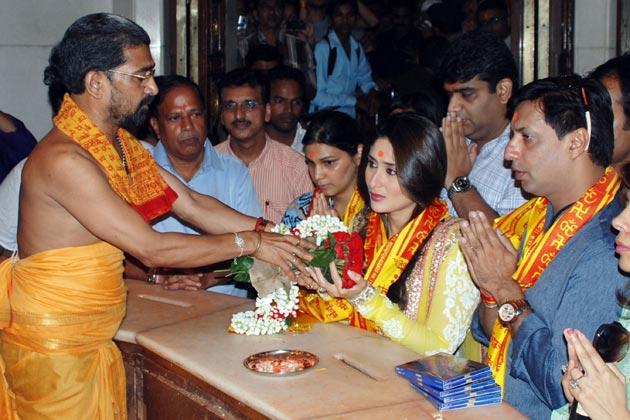 इस दौरान करीना कपूर और मधुर भंडारकर ने सिद्धिविनायक मंदिर में पूजा-अर्चना की।