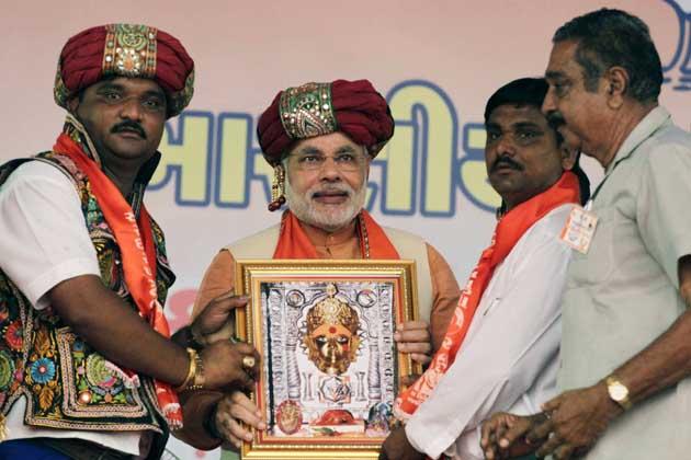 इसके बाद मोदी ने गुजरात की दसवीं विधानसभा भंग करने की संस्तुति करते हुए राज्यपाल को अपना त्यागपत्र सौंप दिया।