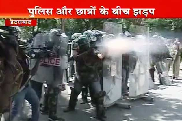 अलग तेलंगाना राज्य के गठन की मांग को लेकर आंध्र प्रदेश में तेलंगाना समर्थकों ने रविवार को रैली निकाली। रैली में भाग लेने के लिए नेकलेस रोड पर जाते हुए कई जगह प्रदर्शनकारियों की पुलिस से झड़प हुई।  (Photo-ibn7, AP)