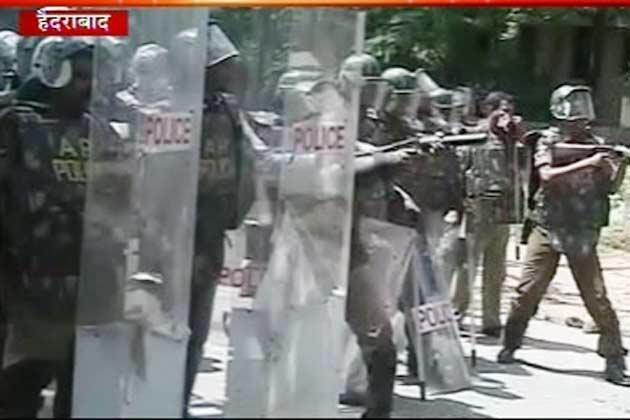एनटीआर मार्ग पर प्रदर्शनकारियों ने अवरोधक तोड़ने की कोशिश की। पुलिस ने उन्हें तितर-बितर करने के लिए आंसू गैस के गोले छोड़े।