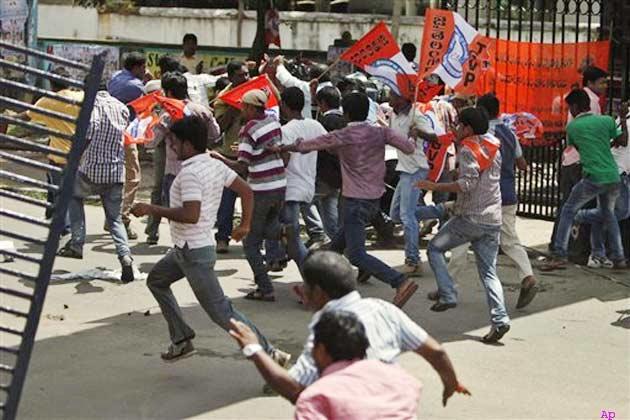 'जय तेलंगाना' के नारे लगाते हुए छात्रों ने अवरोधक तोड़ दिए और पुलिस पर पथराव किया।