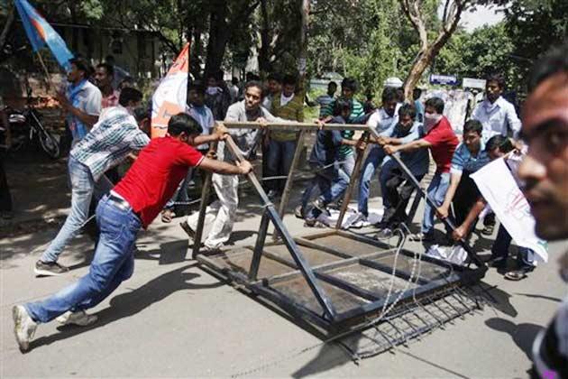 प्रदर्शनकारियों की गिरफ्तारी के विरोध में तेलंगाना क्षेत्र के कांग्रेस सांसदों ने रविवार को राज्य के मुख्यमंत्री एन. किरण कुमार रेड्डी के आवास के बाहर धरना दिया।