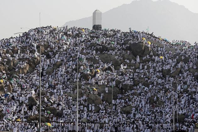 सऊदी अरब के धार्मिक शहर मक्का के निकट हिल ऑफ अरफात  जिसको दया का पहाड़ भी कहा जाता है पर प्रार्थना करते मुस्लिम श्रद्धालु। सऊदी अधिकारियों के मुताबिक करीब 34 लाख श्रद्धालुओं ने इस वर्ष मक्का-मदीना की यात्रा की जिनमें से 17 लाख विदेश से थे। (एपी)
