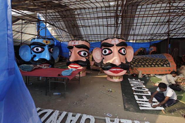 नवरात्र प्रारंभ होते ही जगह-जगह रामलीला का मंचन शुरू हो जाता है और उसके बाद दशहरे पर होता है रावण दहन। रावण दहन के लिए नई दिल्ली में तैयार होते पुतले। (एपी)