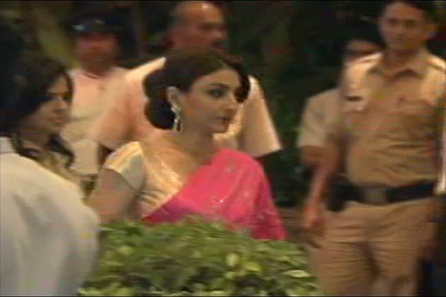 मुंबई के ताज कोलाबा होटल में करीना की शादी से पहले होने वाले मेहंदी की सेरेमनी सुबह साढ़े चार बजे तक चली। जिसमे दोनों परिवार के बेहद करीबी लोग ही शामिल हुए। यह सेरेमनी सैफ करीना के घर से दूर ताज कोलाबा होटल में हुई। जिसमे सैफ की तरफ से सैफ की बहन सोहा उनकी बेटी सारा भी शामिल हुईं। दूसरी तरफ करीना की बहन करिश्मा इस सेरेमनी में शामिल हुई</p><p>