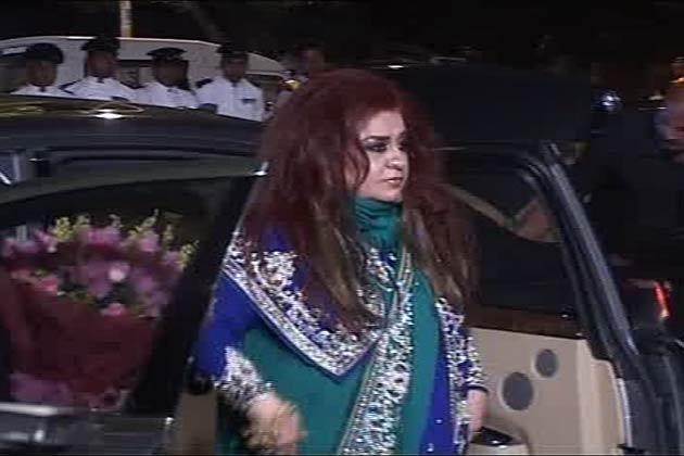 सैफ अली खान और करीना कपूर की शादी का रिसेप्शन दिल्ली में हुआ। 31, औरंगजेब रोड पर हुए इस आयोजन में सिनेमा, फैशन और राजनीति से जुड़ी तमाम हस्तियां शामिल हुईं।