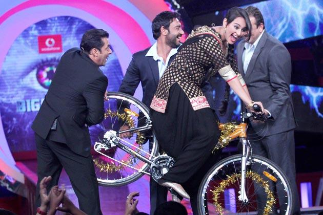 सोनाक्षी, अजय देवगन, संजय दत्त 'बिग बॉस 6' के स्टेज पर एक साथ दिखाई दिए। यह सभी यहां अपनी फिल्म 'सन ऑफ सरदार' को प्रमोट करने के लिए आए हुए थे।