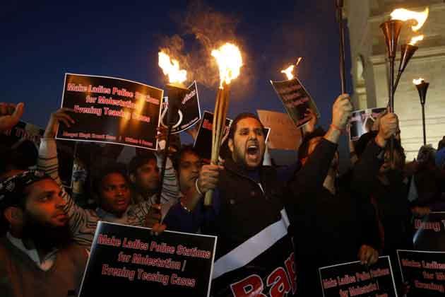 पीड़ित लड़की के समर्थन में दिल्ली के इंडिया गेट में मशाल जूलुस  निकालते लोग।
