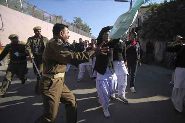 जम्मू में भी गैंगरेप की घटना के खिलाफ छात्राओं ने जूलुस निकाला।