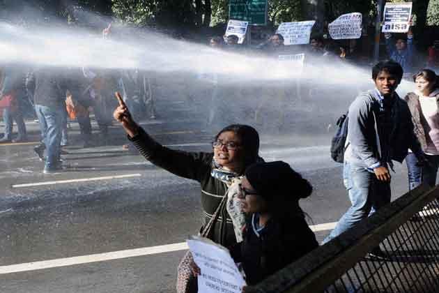 छात्रों को रोकने के लिए पुलिस को पानी की बौछार करनी पड़ी।